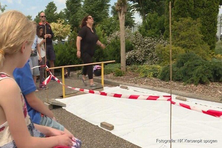 Eerste Nederlands Kampioenschap Kersenpit spugen in Almere
