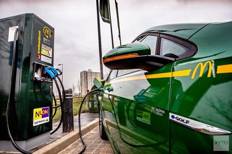 McDonald's en Vattenfall plaatsen hun eerste snellaadpunt voor elektrische auto's in Flevoland