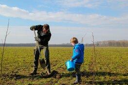 Almeerse kinderen planten mee voor nationaal boomplantrecord tijdens boomfeestdag
