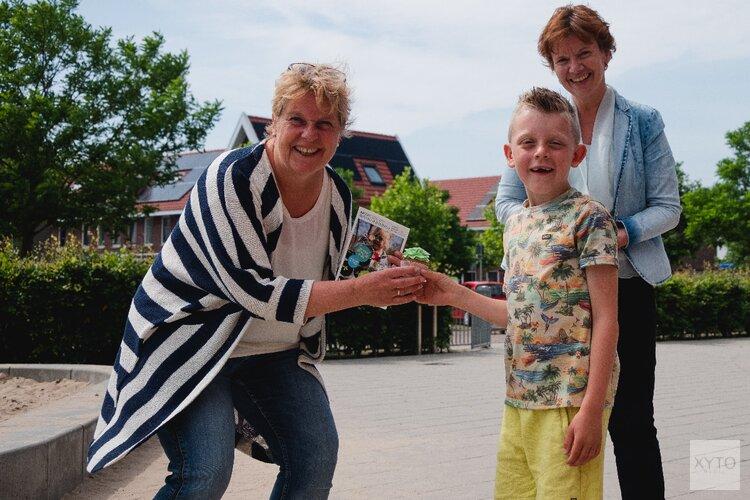 Wethouder Roelie Bosch overhandigt programma Stad & Natuur aan het Universum