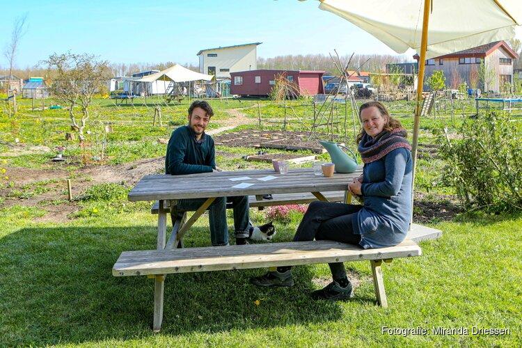 Almeerse componist Miranda Driessen werkt met windharpen op het Almeerderstrand