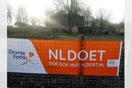Bankjes plaatsen en moestuin aanleggen tijden NL Doet op Kinderboerderij den Uylpark