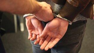 Politieagenten van het EVA-Team houden twee gezochte personen aan