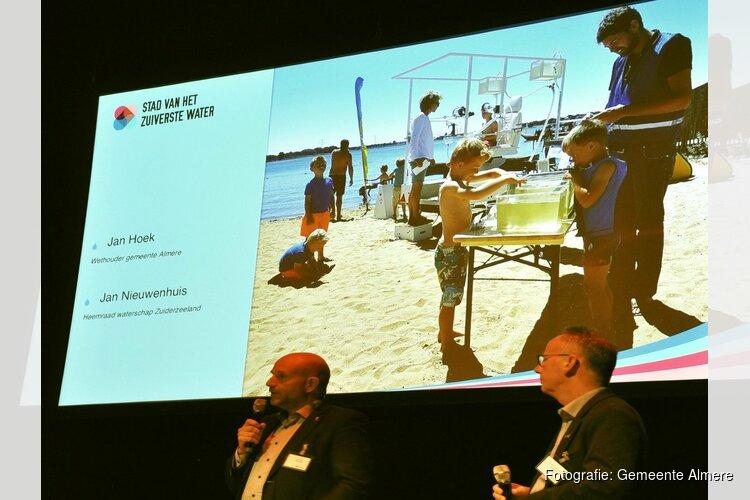 Wethouder Jan Hoek en heemraad Jan Nieuwenhuis openen 'Week van Ons Water' tijdens Watercafé Almere