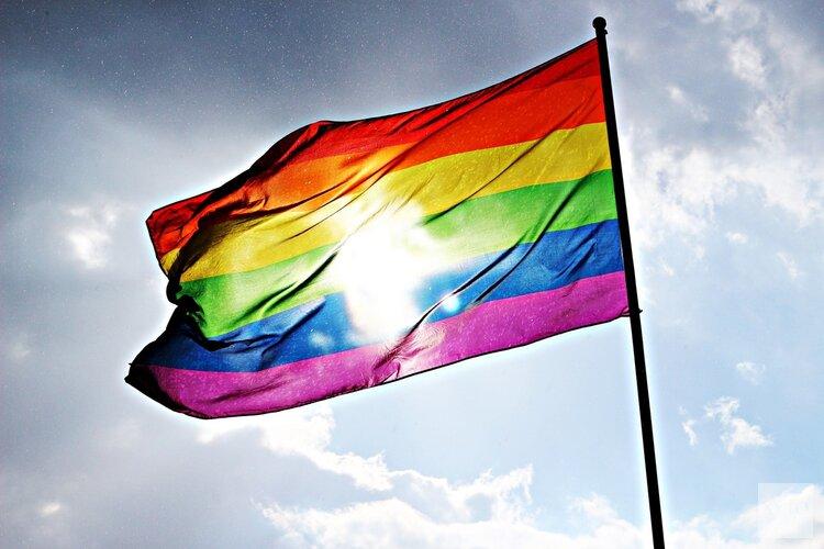 Almere hijst regenboogvlag als tegengeluid Nashville-verklaring